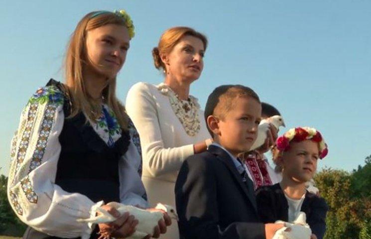Марина Порошенко в День мира выпустила в небо голубей