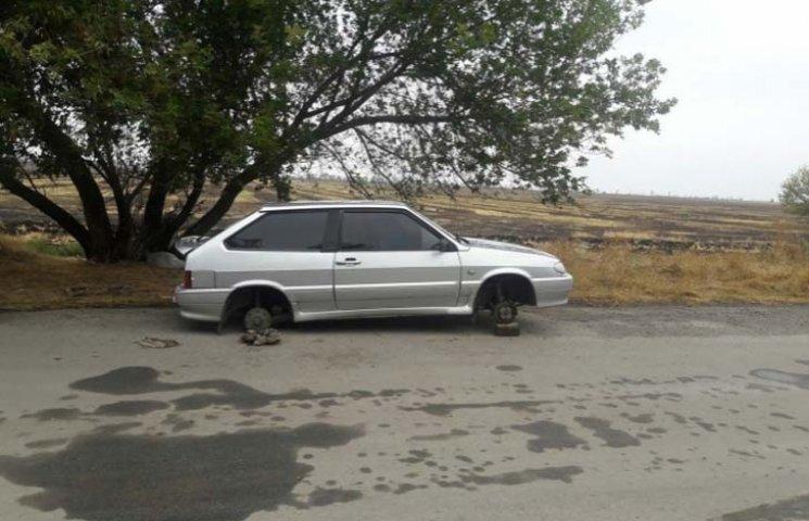 У Мелітополі біля кладовища знайшли автомобіль без коліс