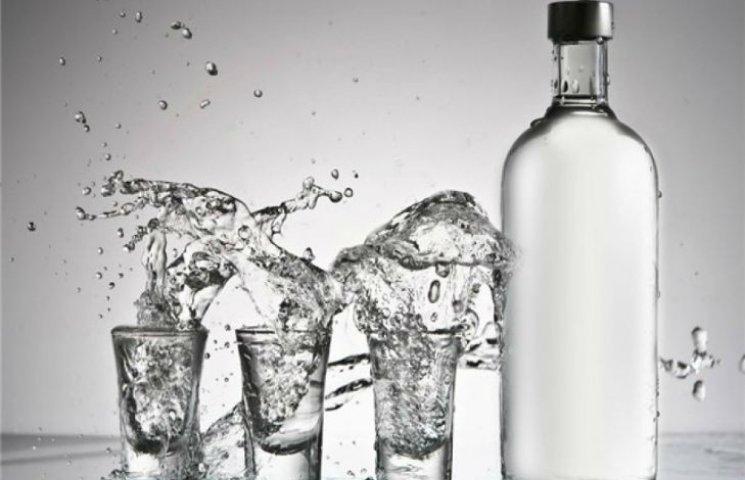 Як на Росії чоловік безкоштовно пив горілку, не відходячи від каси