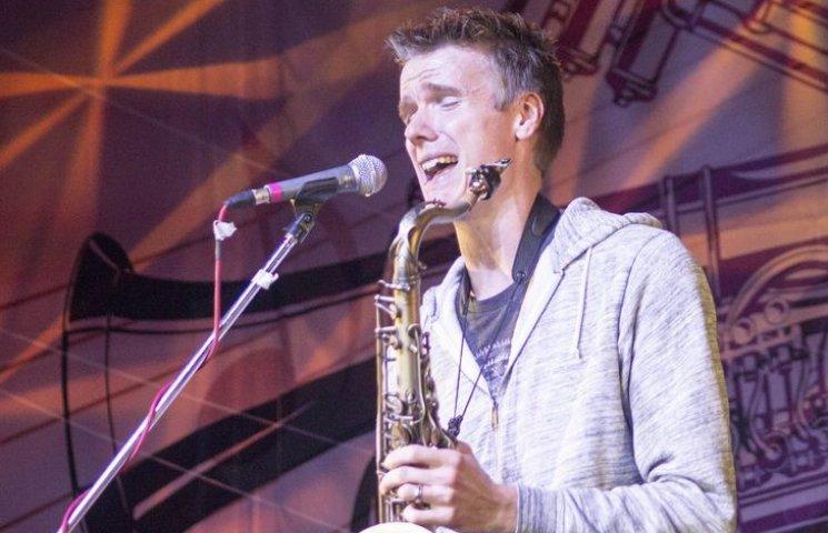 Під час вінницького джазфесту американець виступив з мобілкою у саксофоні