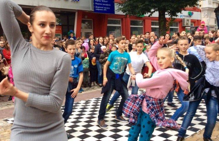 Посеред Хмельницького запалюють святковий настрій танцями