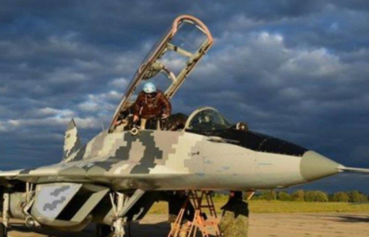 Украинские пилоты-истребители потренировались в сложных погодных условиях (ФОТО)