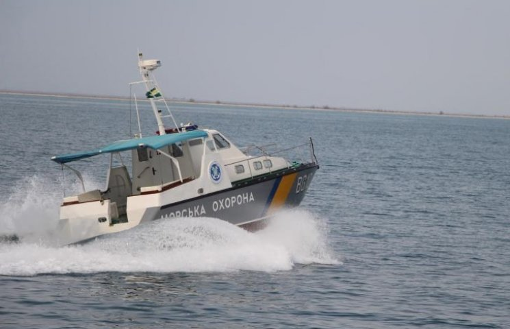 Прикордонники прочісують берегову смугу  в пошуках рибалки, що випав за борт