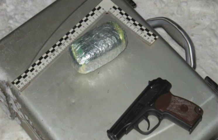 У Харкові на вулиці затримали чоловіка з пістолетом