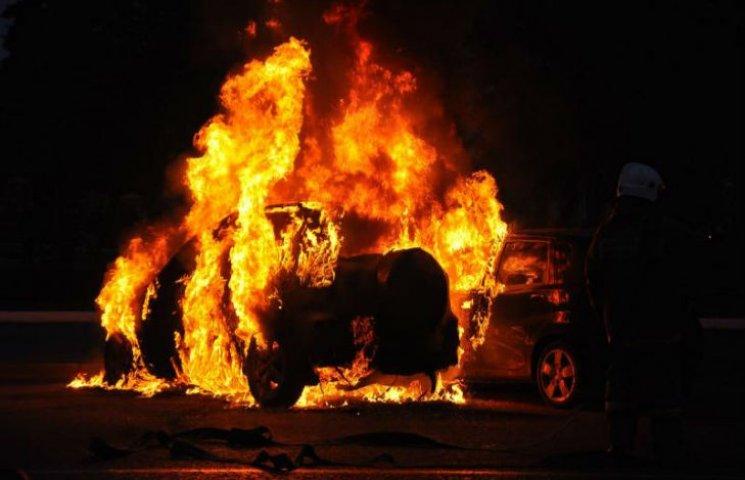В Харькове сгорели сразу пять автомобилей: отрабатывают версию поджога (ФОТО, ВИДЕО)