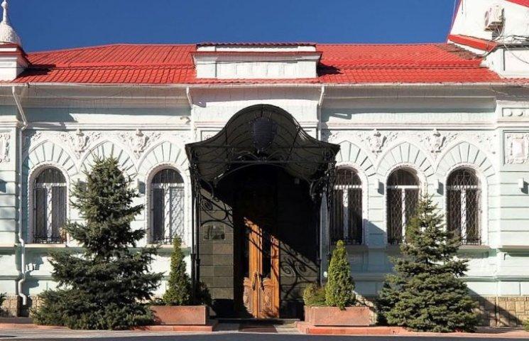 Двоє миколаївців обмалювли клумбу біля прокуратури Миколаївщини