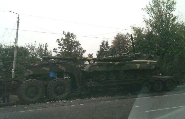 На Николаевщине тягач с танком влетел в остановку и электроопору