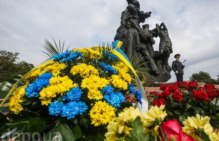 75-летие трагедии: Как в Бабий Яр несут цветы