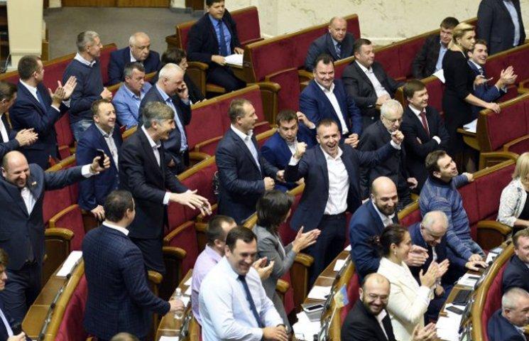 Видео дня: Рада позорится с судьями, а украинец атакует ягодицы Кардашян