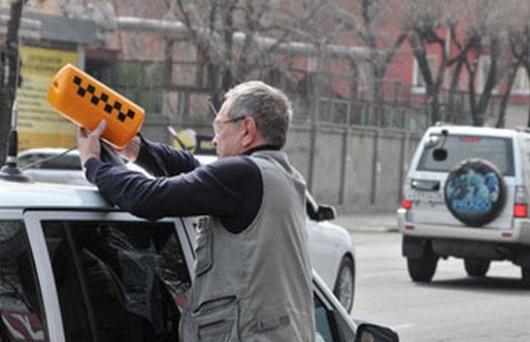 """У Хмельницькому """"Укртрансбезпека"""" виловлює таксистів-нелегалів"""