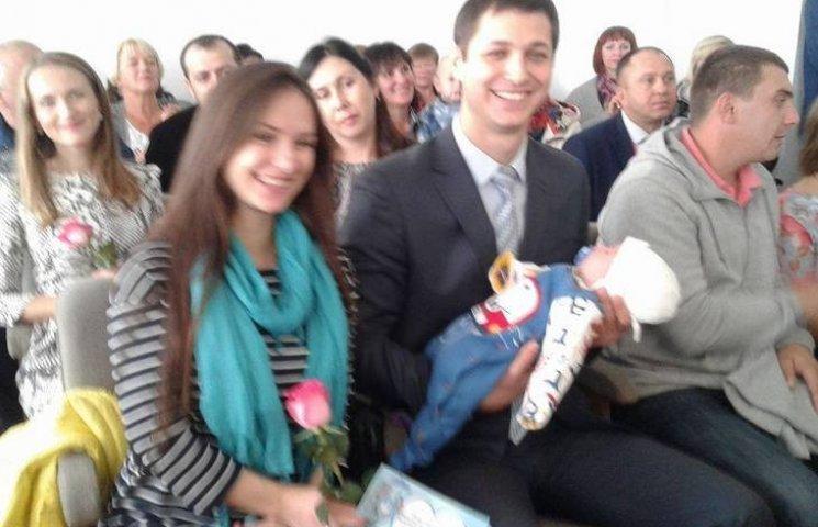 Малятам, які народилися на день міста Вінниці подарували візочки