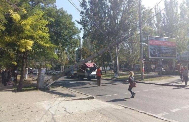 У центрі Миколаєва впала електроопора: рух транспорту обмежено