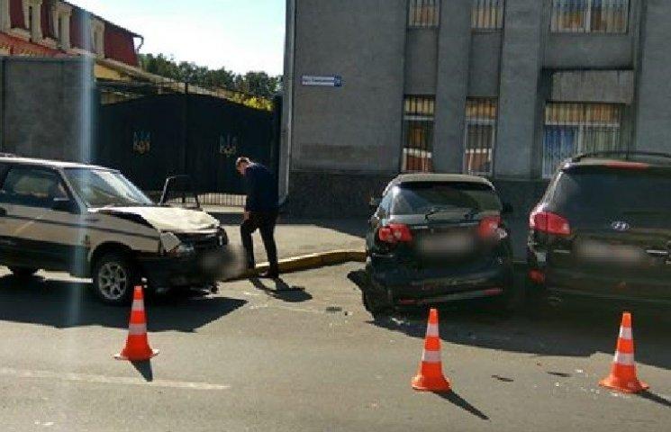 """Хмельницький водій """"Лади 2108"""" врізався в припарковані автівки та втік"""