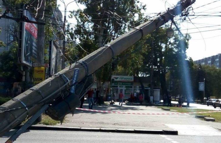 Центр Миколаєва заблоковано через обвал електроопори (ОНОВЛЕНО)