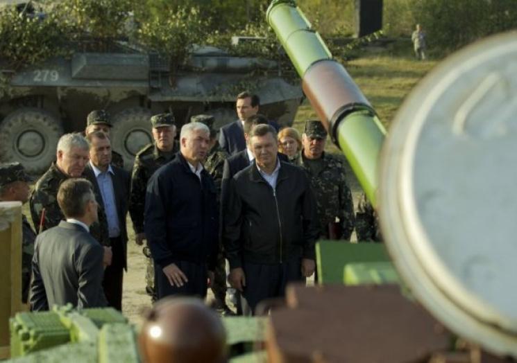 На переднем плане фото: В. Янукович и Д. Саламатин