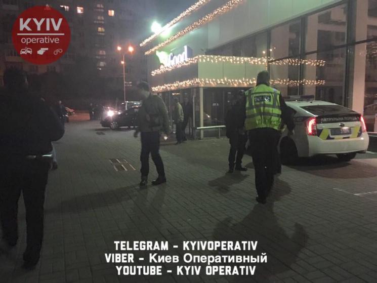 ВКиеве сторонники террористов избили солдата АТО, ранен патрульный