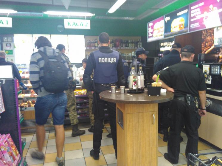 В очікуванні Саакашвілі: в кафе біля Краковця  люди змітали все з полиць фото