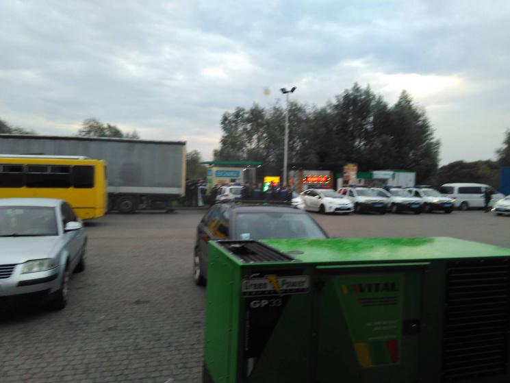 В очікуванні Саакашвілі: в кафе біля Краковця  люди змітали все з полиць фото 1