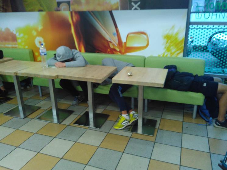 В очікуванні Саакашвілі: в кафе біля Краковця  люди змітали все з полиць фото 2