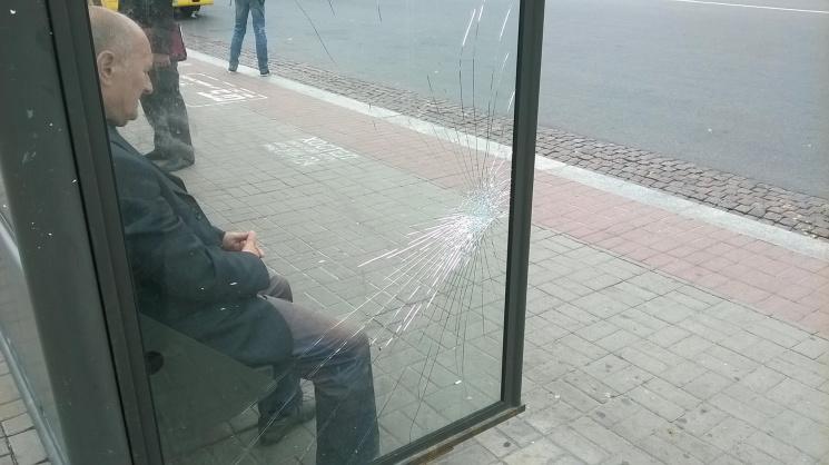 Столичные вандалы массово уничтожают стеклянные остановки автобусов