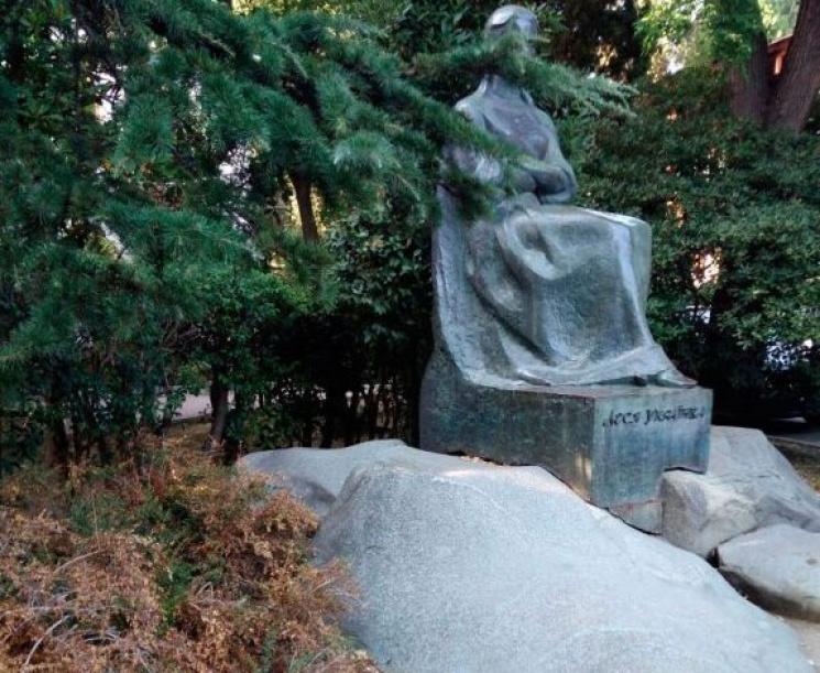 Окупанти перетворили пам'ятник Лесі Українці в Ялті на туалет