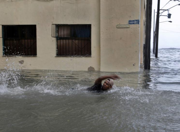 """Видео дня: Последствия урагана """"Ирма"""" в США и российский вертолет на Херсонщине"""