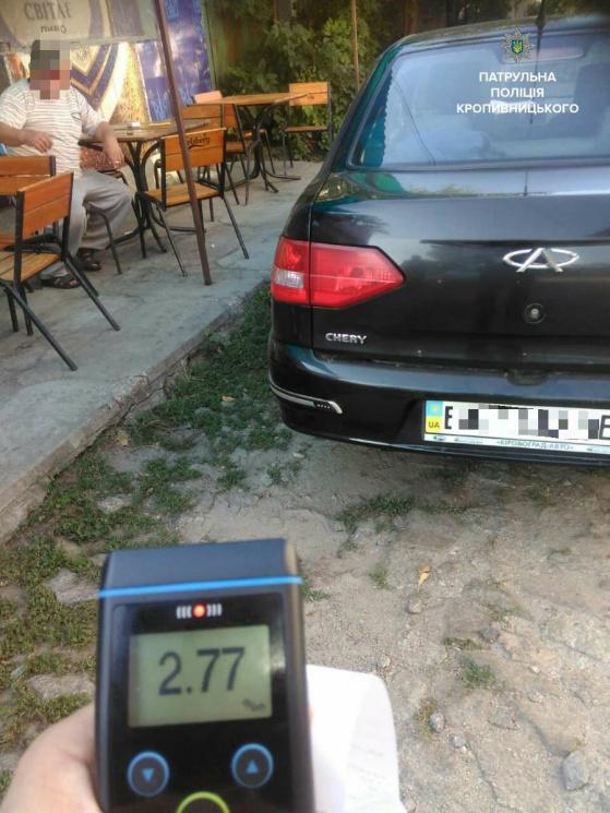 У Кропивницькому спіймали водія, який пив горілку за кермом