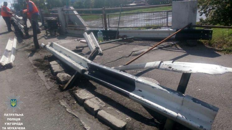 Ужгородські копи розшукують того, хто потрощив відбійник на мосту Масарика