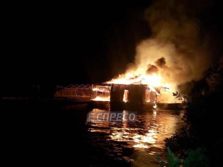 У Києві повністю згорів ресторан (ФОТО)