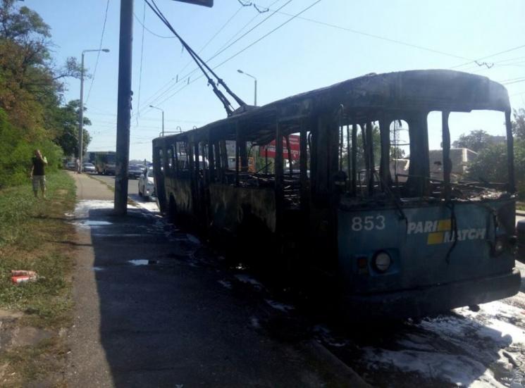 ВОдесі під час руху дотла згорів тролейбус