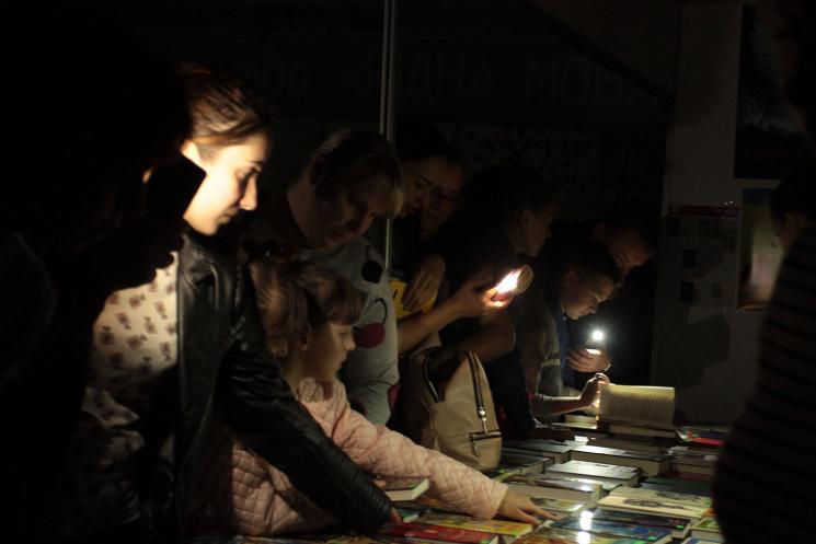 Як львів'яни купували книги при свічках (ФОТОРЕПОРТАЖ)