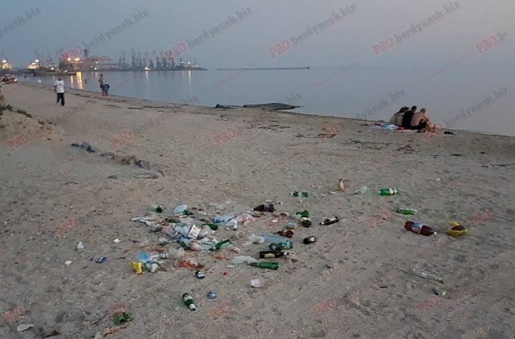 У Бердянську пляж перетворили на стихійне звалище (ФОТО)