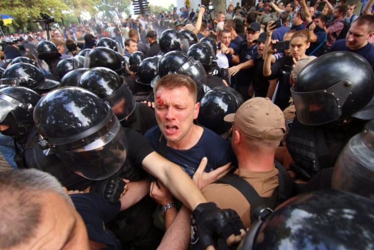 Видео дня: Одесситы выгоняют Труханова, руководитель оккупации Крыма разбивается в ДТП
