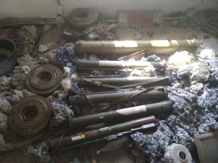 Врайоне Новотроицкого найден арсенал русского оружия