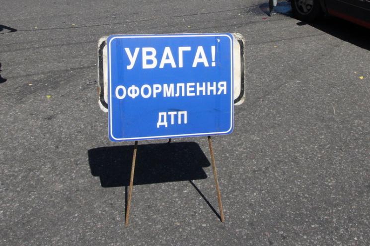 УТернополі зпереповненої маршрутки випала жінка