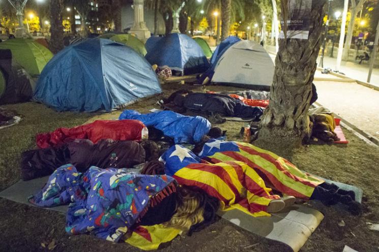 """Відео дня: Бійка за Ердогана і """"каструльний бунт"""" у Барселоні"""