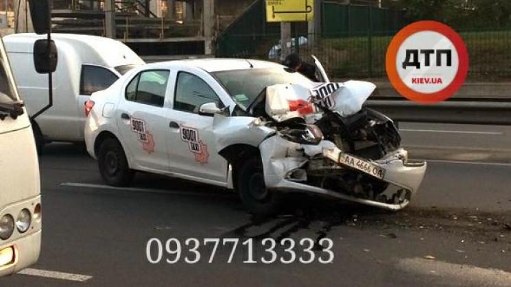 ДТП уКиєві: таксі врізалося вмаршрутку, постраждали люди