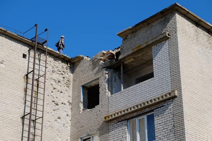 Хто відновлює розбиті будинки в Мар'їнці (ФОТО)