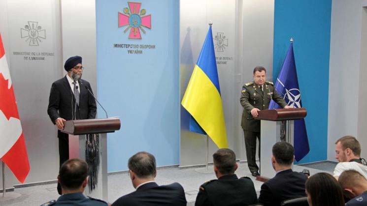 Полторак обсудил с министром обороны Канады введение миротворцев на Донбасс
