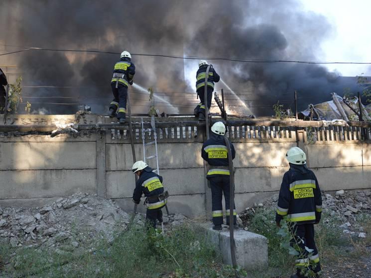 У Дніпрі спалахнув ангар із будівельними матеріалами (ФОТО, ВІДЕО)
