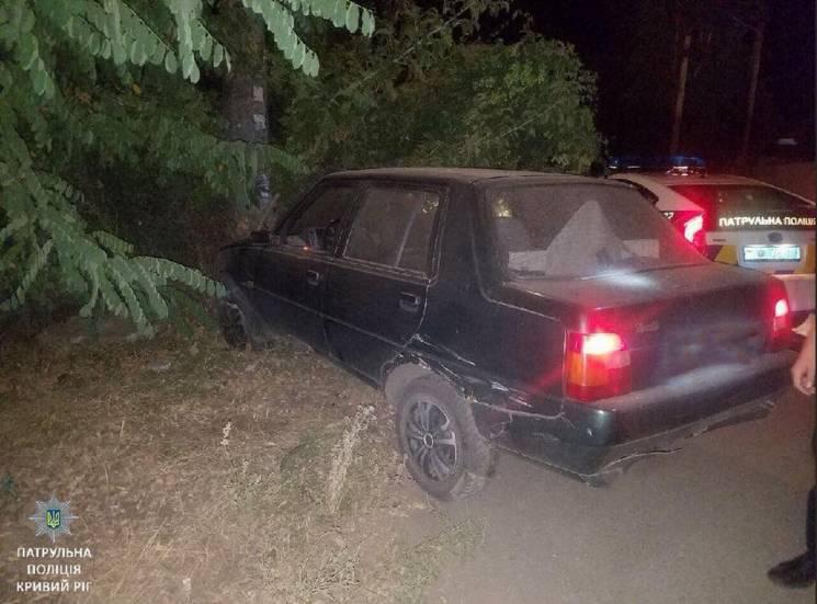 У Кривому Розі п'яний неповнолітній тікав на викраденій автівці від поліції та врізався у стовп