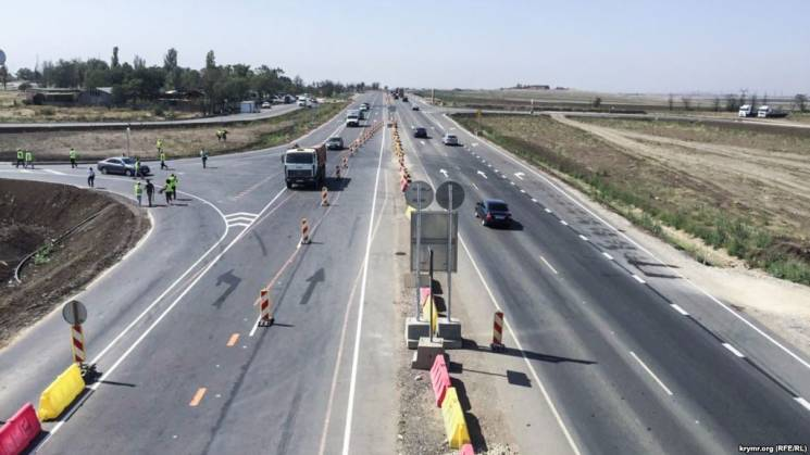 Окупанти похвалилися, що пустили транспорт на першу розв'язку траси-довгобуду під Керчю