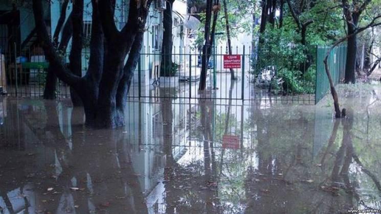 Змиті водою люди і затоплені переходи: Окуповану Ялту заливає дощами (ФОТО, ВІДЕО)