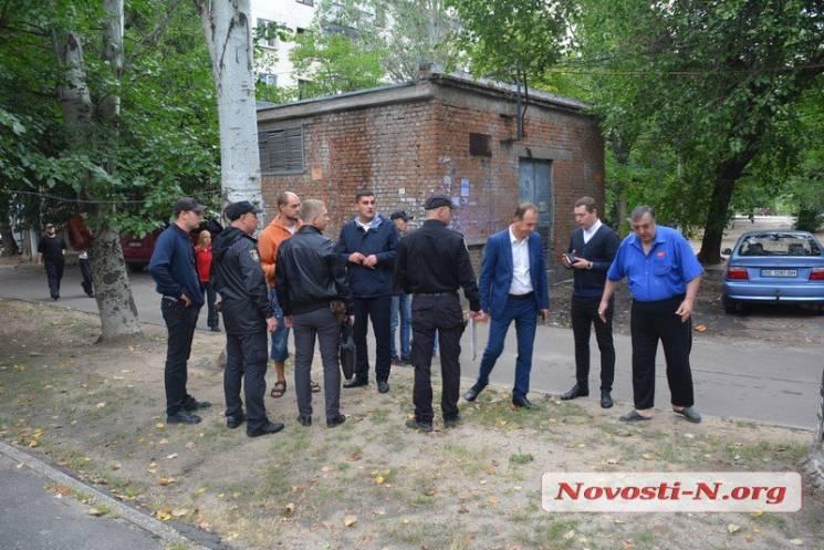 У Миколаєві місцеві мешканці перекрили проїзд через власний двір (ФОТО)