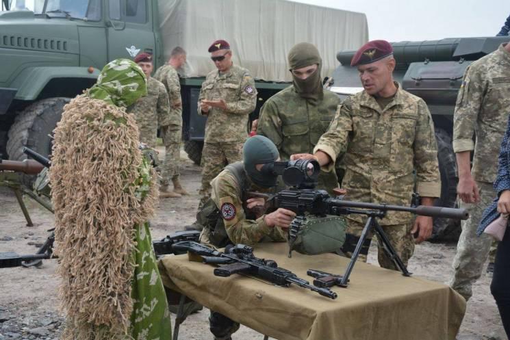 У Миколаєві десантники влаштували показ військової техніки та зброї (ФОТО)