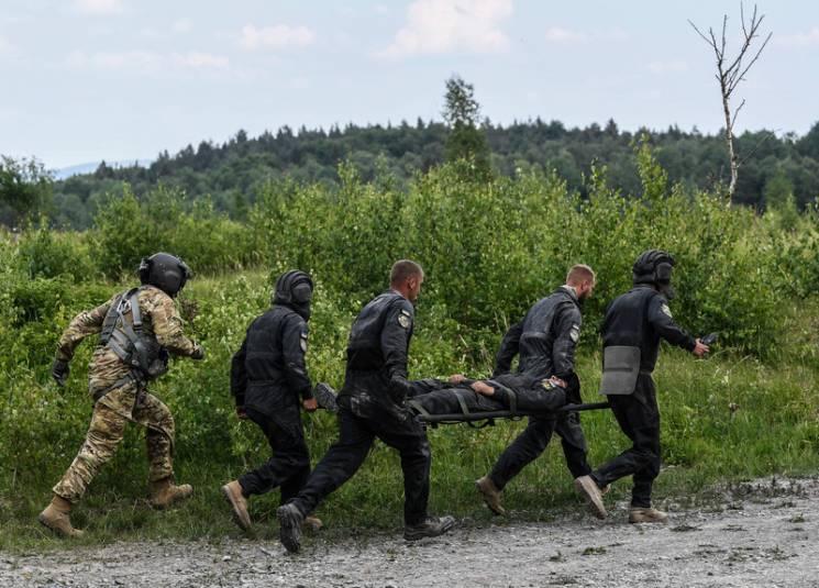 Криваві бої на Донбасі: Один загиблий, троє поранених