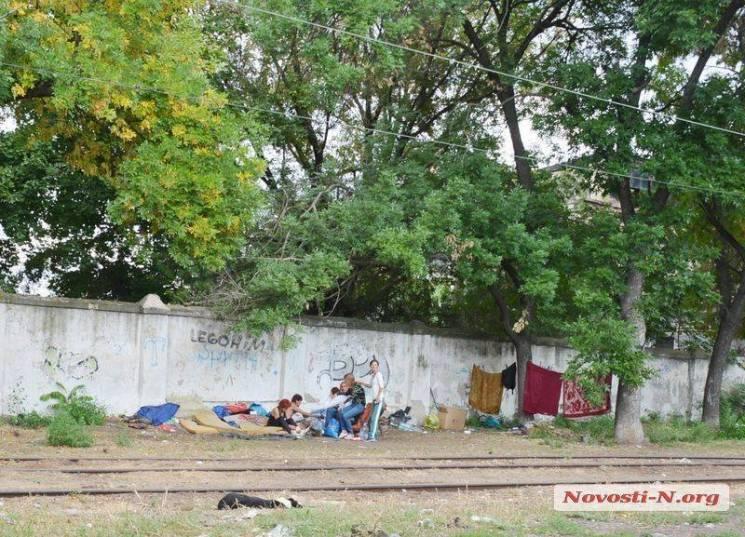 У Миколаєві безхатьки влаштували власний табір поряд із трамвайним депо (ФОТО)