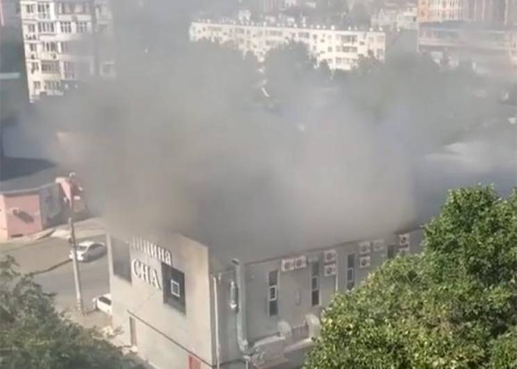 В Анапі загорілася двоповерхова офісна будівля