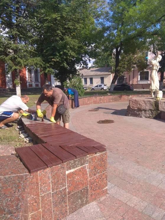 Комунальники Кропивницького лагодять садові дивани на Театральній площі