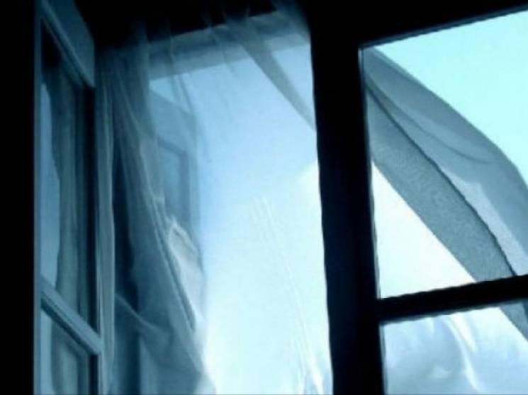 У Києві майже одночасно з вікна випала дівчина та пограбували квартиру (ВІДЕО)